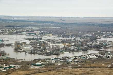 Андрей Бочаров рассматривает подтопленные районы Волгоградской области свертолета