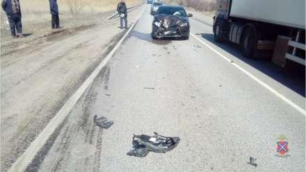 Автобус потерял заднее колесо ипротаранил «Ладу» натрассе вКамышине