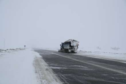 Ночью вчетырех районах области дорожники боролись состекловидным льдом