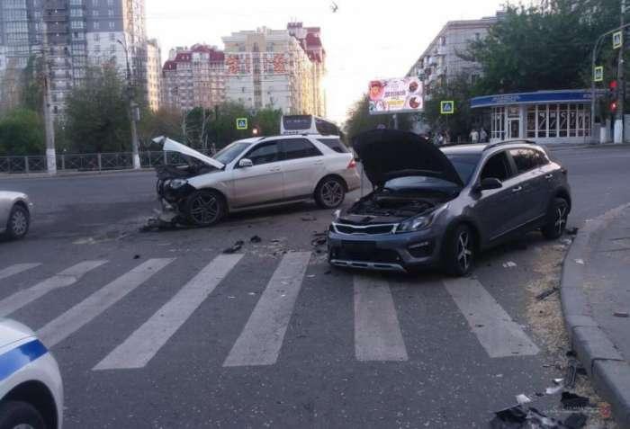 В Волгограде при столкновении двух иномарок пострадал 32-летний мужчина